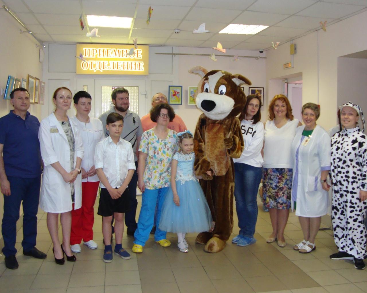 Добряки поздравили ребенка с открытием выставки в больнице