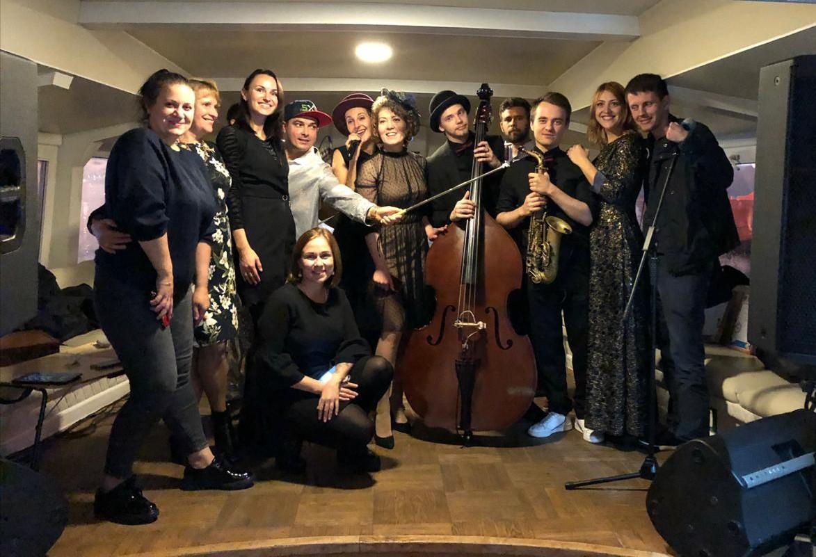 В Петербурге добряки танцевали под джаз на теплоходе