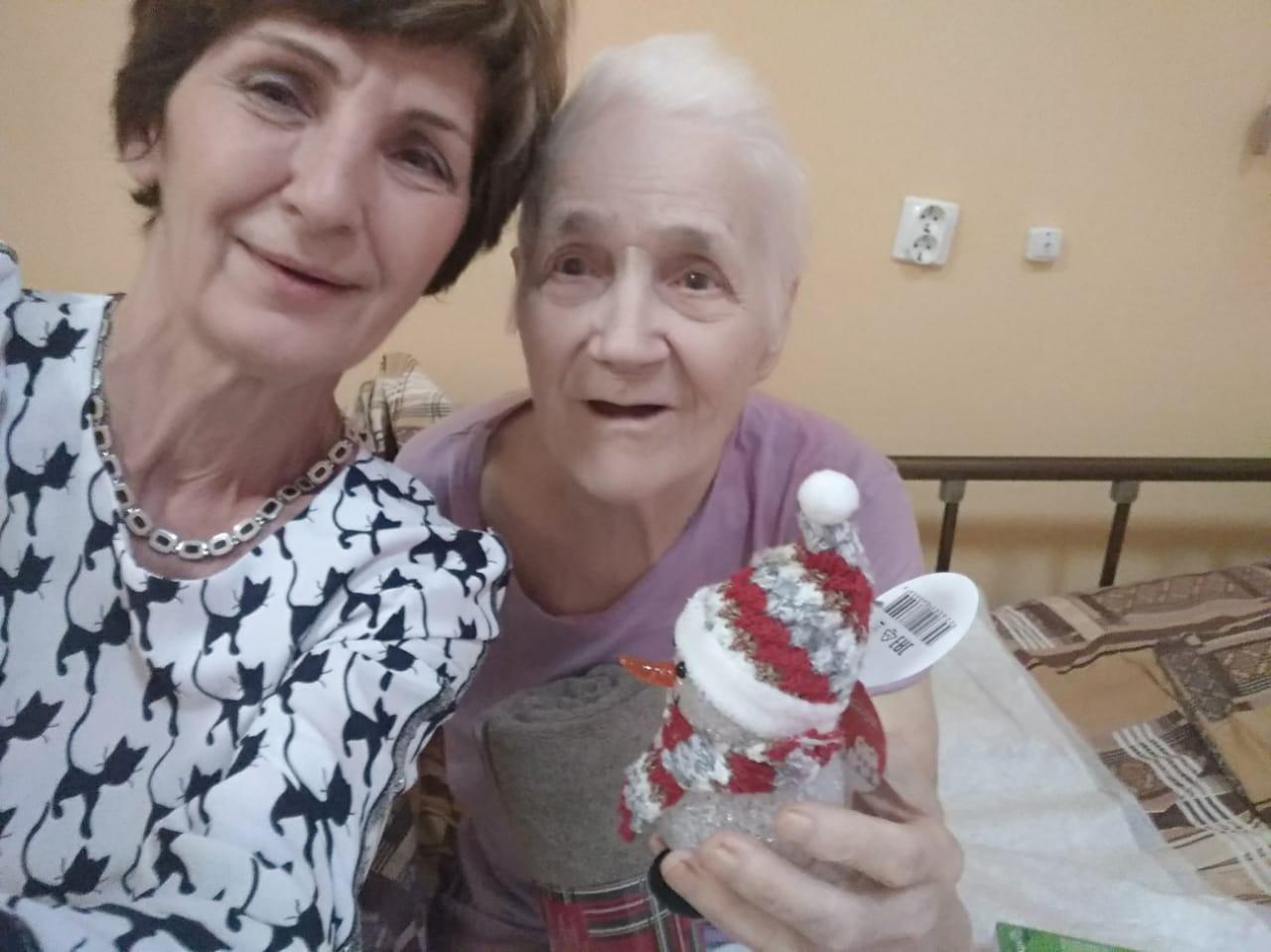Волонтеры Петербурга поздравили пожилых людей с Новым годом