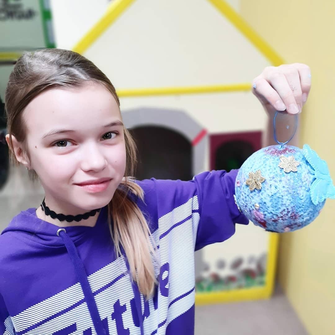 Добряки Челябинска провели мастер-класс по декорированию новогодних шаров
