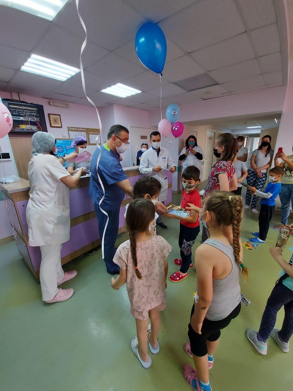 Новороссийские волонтеры поздравили с праздником детей в больницах