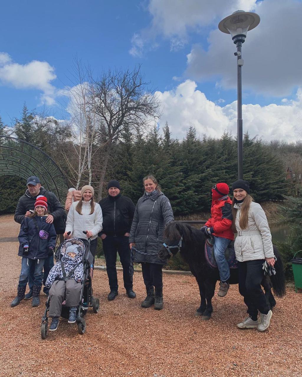 Добряки Симферополя организовали поездку детей с ОВЗ в конный клуб