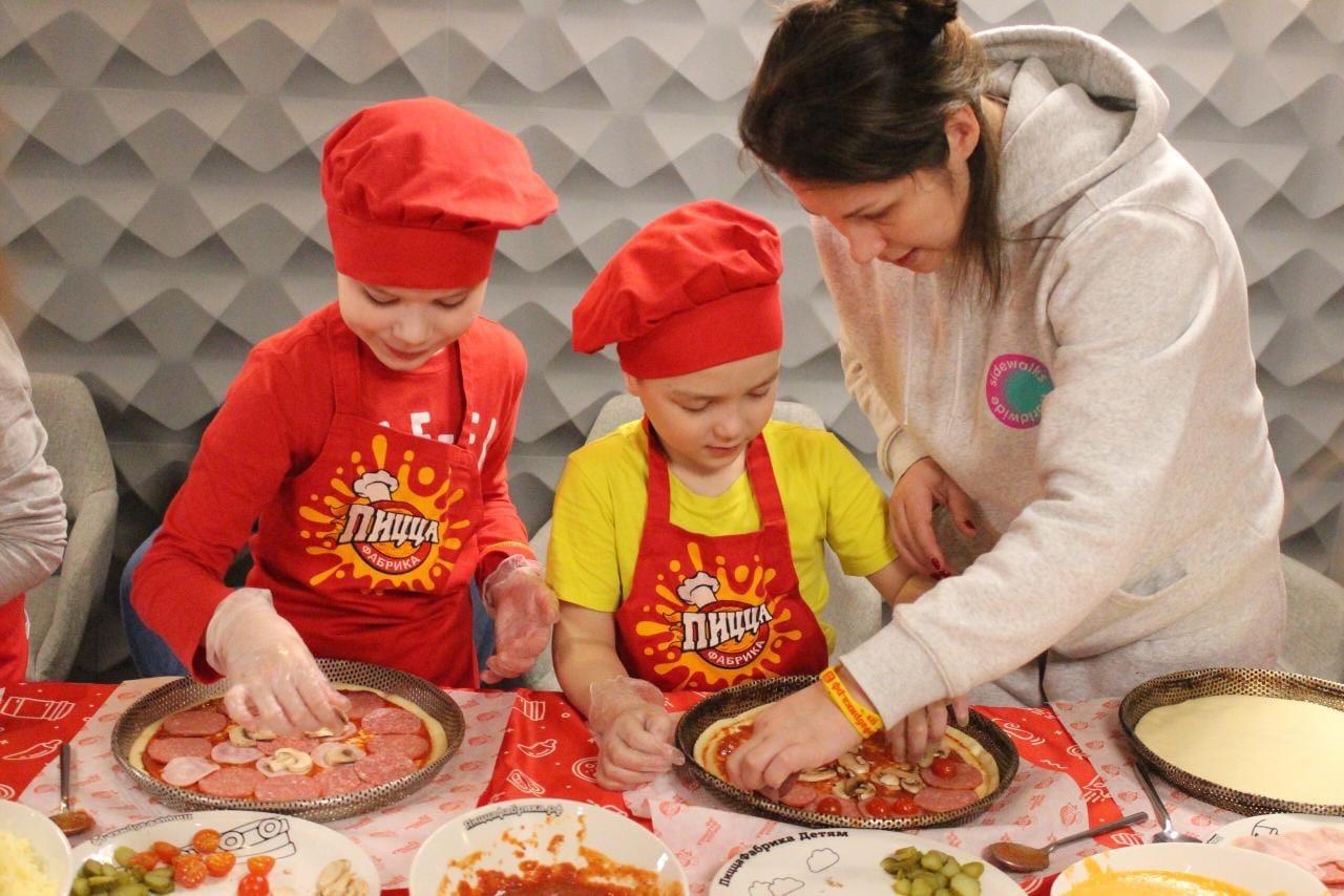 В Архангельске прошел мастер-класс для особенных детей по приготовлению пиццы