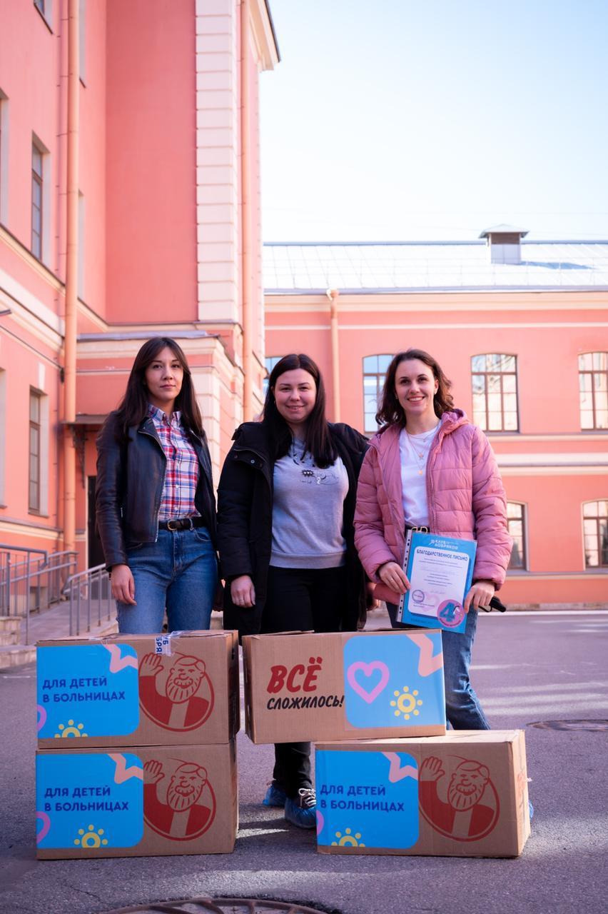 Сотрудники компании «Петрович» собрали игрушки для коробки храбрости