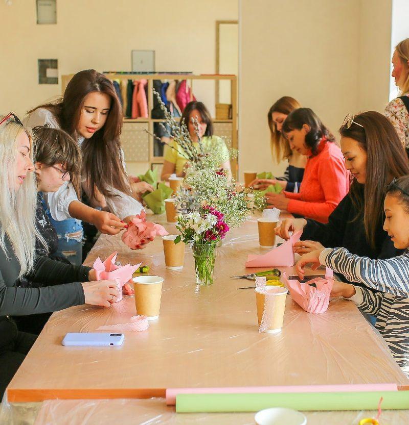 Добряки Омска провели благотворительный мастер-класс по флористике