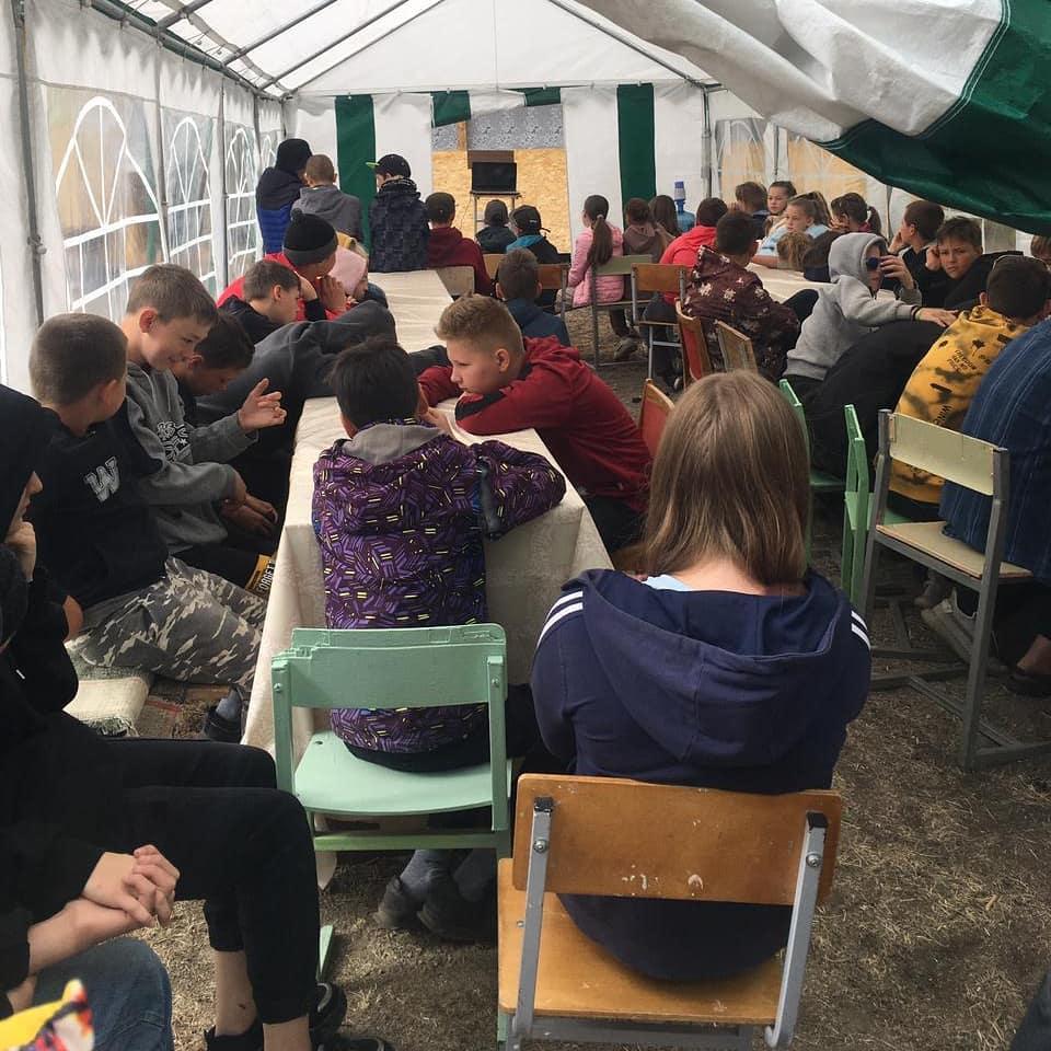 Волонтеры Челябинска провели урок доброты для детей в палаточном лагере