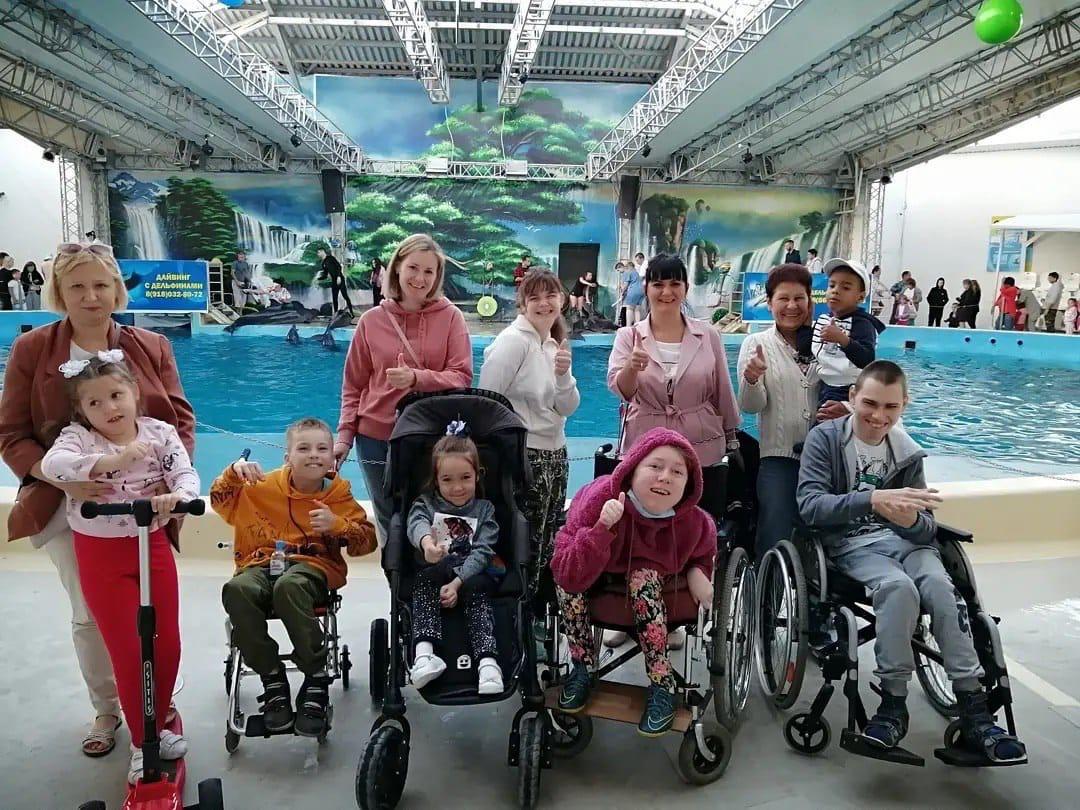 Добряки Анапы пригласили особенных детей в дельфинарий