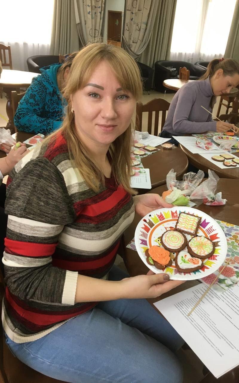 Добряки Архангельска провели мастер-класс по росписи пряников для особенных мам